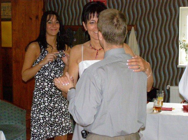 Soňa{{_AND_}}Jirka - tanec se ženichovo bratrem, v pozadí dcera