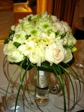 ruže, frézie a niečo zelené