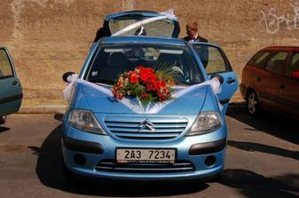 nazdobené auto nevěsty