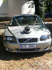 Takhle nějak bude vypadat ženichovo autíčko, jen cilindr bude stříbrný a trošku jiné pentličky.