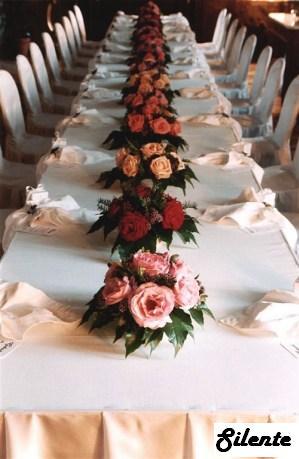 Inspirace - Představuji si bílý ubrus, lososový pruh uprostřed   ubrousky, drobnůstky na stole pak lososové   zlaté....