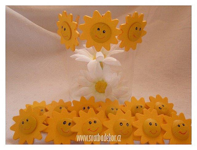 Inspirace - sluníčka s kolíčky na připnutí jmenovky ... 3 cm/24 ks/96 Kč