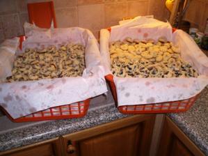 2200 koláčků k roznešení... všechny pekla moje maminka.....