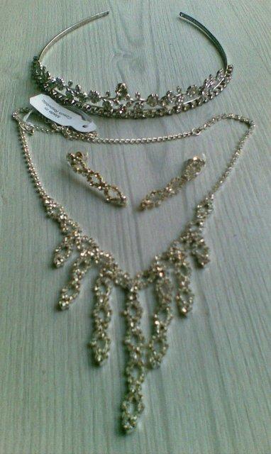 Srovnání snů a reality - krásná korunka od Michak a náhrdelník s náušnicemi od mé maminky....