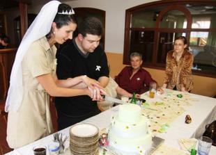 ...a po převlečení(bylo děsné vedro)krájíme úžasný dortík od paní Filipové z Litvínova...