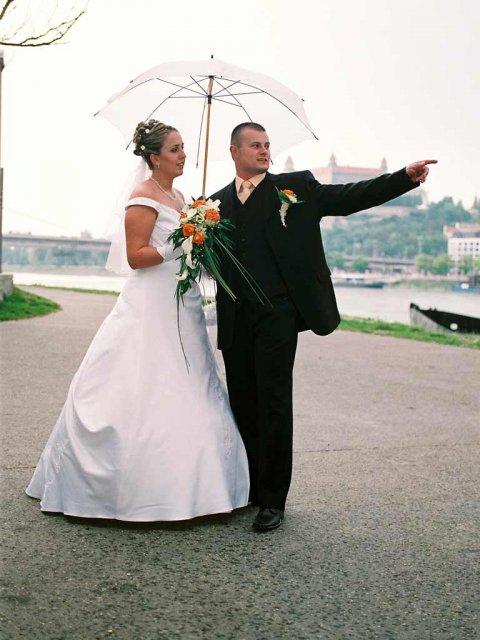 Eva Mikulová{{_AND_}}Andrej Krucký - Už nam začalo pršať, tak sme si dali daždniček, ale milión komárov tam bolo :(
