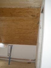 Podkroví jsem chtěla bílou lazurou. Natírala jsem dvakrát a výsledek žádný, tak jsem se naštvala a přetřela kaštanem jako ostatní stropy.