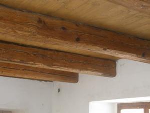 Strop v hlavní místnosti. Trámy jsou hodně staré, podlahová prkna nová, tak byl problém sladit barvy. Prkna jsou kaštanovou lazurou a trámy lesklým lakem.