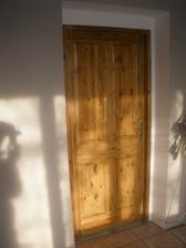 V přízemí máme všechny dveře, vypadají skvěle na to, že jsou za 1000,- z Baumarktu.