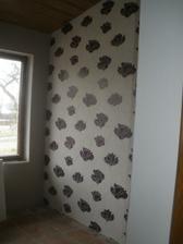 Tapetka na zdi, kde budou věšáky na kabáty.