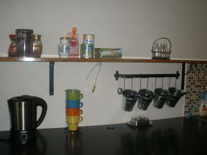 ..a myčka...a stůl...a židle...