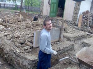 Základy kopeme ručne