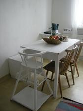 jedalensky stol , stolicky treba trosku renovovat