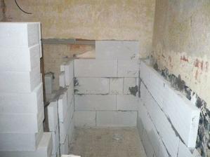 začíná se vyzdívat sprch.kout...v místnostech nikde nemají stěny pravý úhel, takže i tohle se musí bohužel řešit