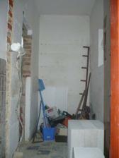 z bývalého wc jsme probourali příčku do bývalé špajzky a vznikne šatna