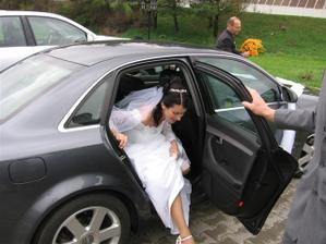 snažím se vylézt z auta a nikdo ne a ne mi pomoct :-)