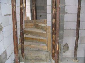 Schody budú v kombinácii betónu a dreva toť finálna verzia.