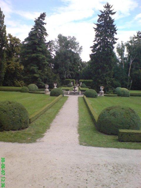 Květnová svatba 3.5.2008 - Pet'a a Míša - zahrada na Buchlovském zámečku