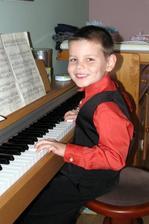 moj klavirista.. :) sa mu to pacilo.. doma mame malicky na baterky :D ej bude to po mne hudobne nadane :DDD