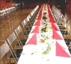tady bude hostina, ale stolů bude míň