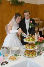 nakrojujeme dortík - mnam, snědl se hned po svatbě