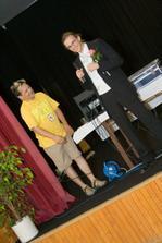 tady můj miláček se snaží zpívat karaoke. vedle stojí úžasný moderátor Jirka Rejzek z Rádia Petrov - svělý rádio