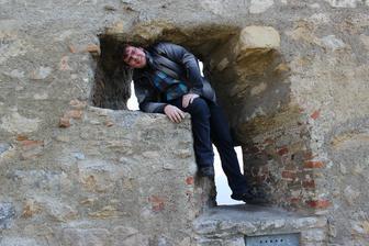 """Upozornenie pred vstupom na hrad: ,, Nelezte na hradby!!"""""""