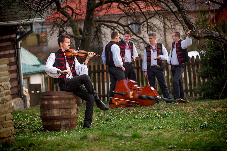 Čo zatiaľ máme... - Ľudová hudba Matúša Ondruša. Pre folkloristov len cimbalovka. :)