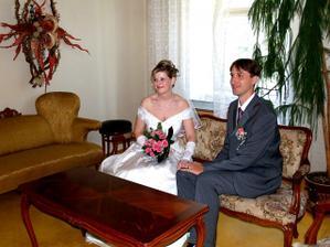 Novomanželé v předsvatebním salonku...