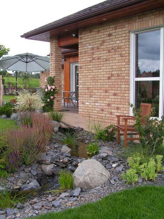 Voda v záhrade - umelý potočik pri dome