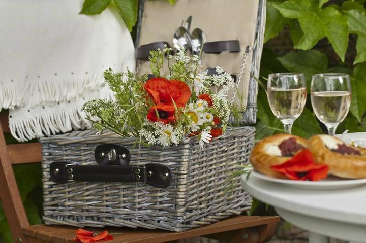 Dekorácie s lúčnymi kvetmi - piknik na lúke