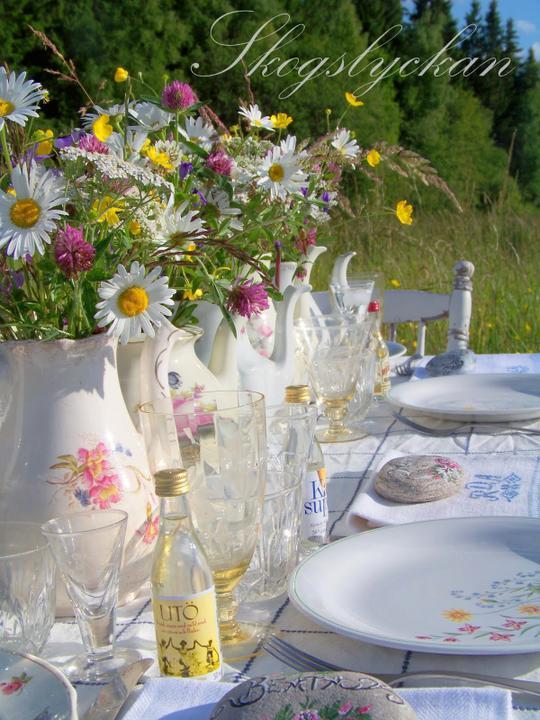 Dekorácie s lúčnymi kvetmi - pozývam k stolu