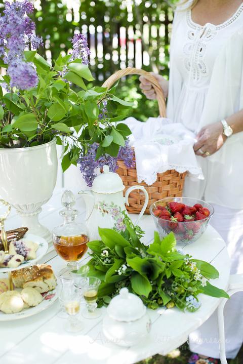Dekorácie s lúčnymi kvetmi - záhradná párty može začat