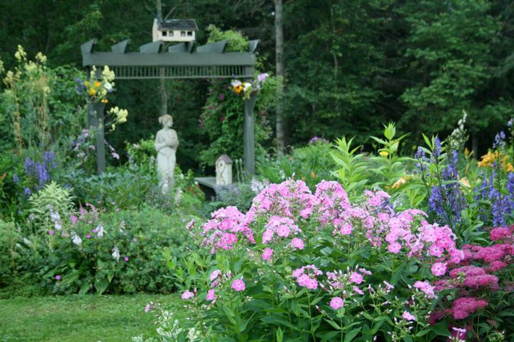 Krása divokej záhrady - v popredí ružový flox a rozchodník