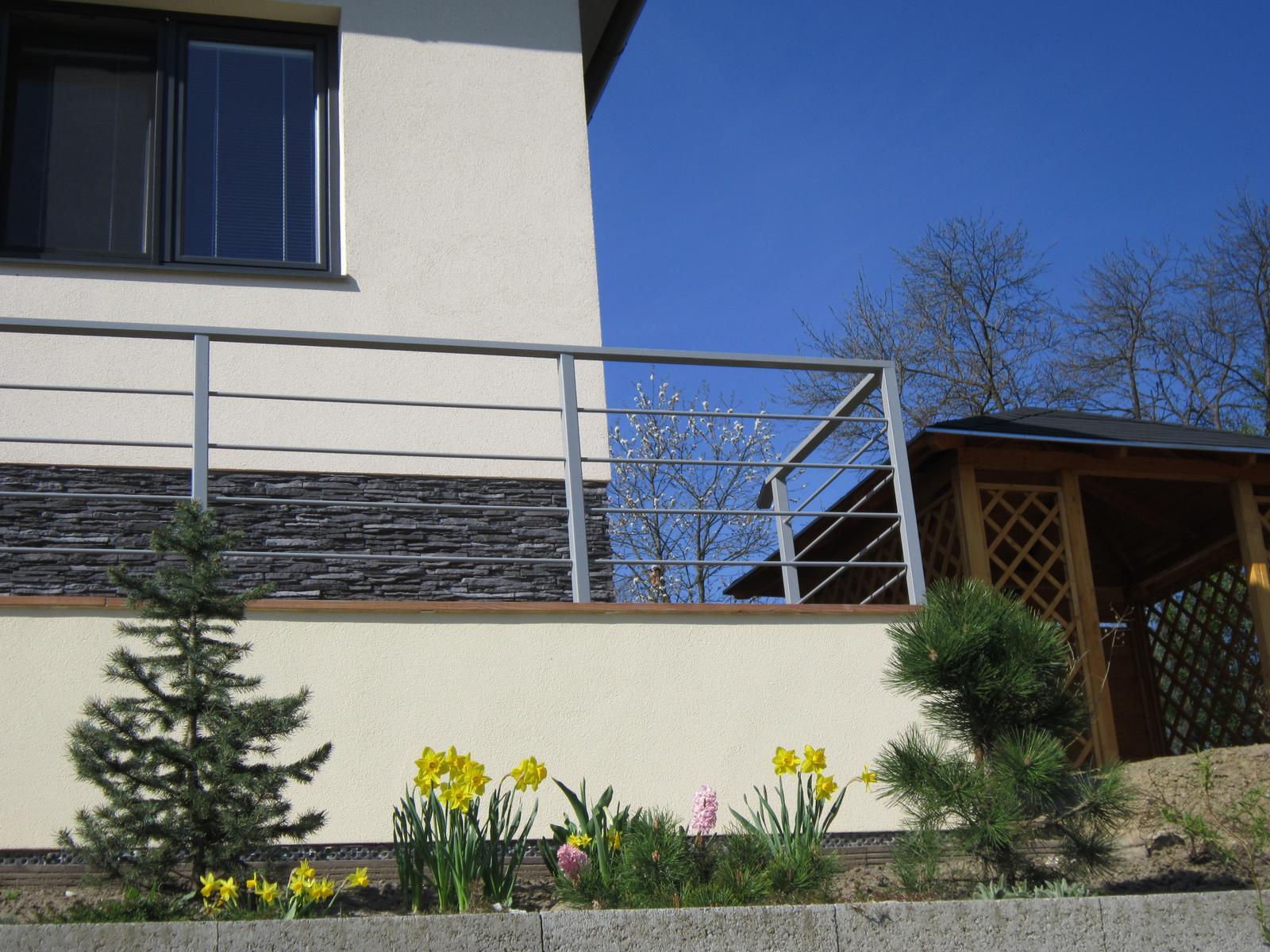 Moja záhrada...ako šiel čas - manžel mi robí radosť a stavia mi altánok...teším sa...