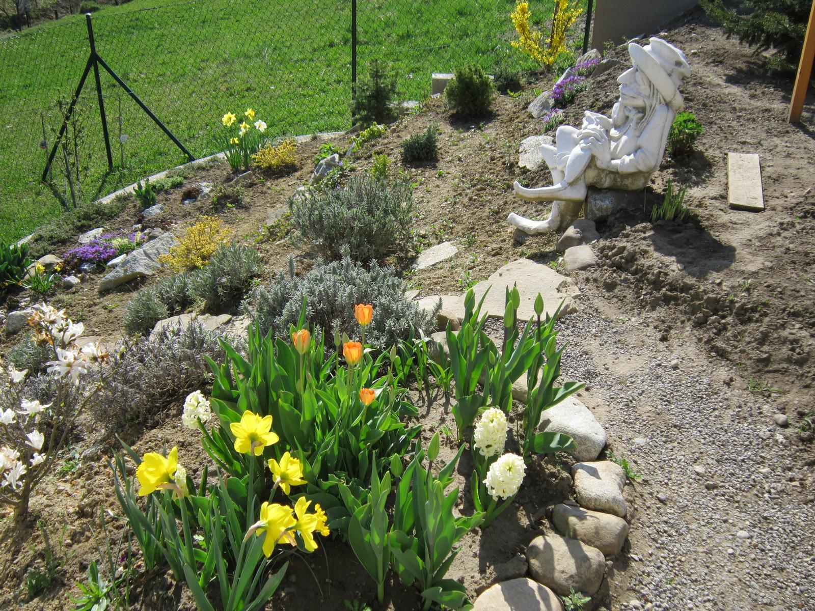 Moja záhrada...ako šiel čas - vodník zatiaľ nemá jazierko,tak sa kochá krásnym výhľadom...