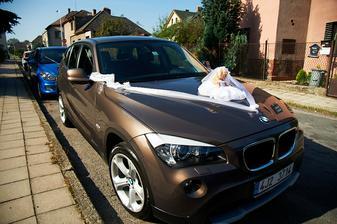 Nazdobená auta. Už od mala jsme si přála jet na svatbě v BMW a ženich mi toto přání splnil