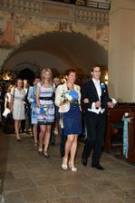 Svatební průvod v kostele