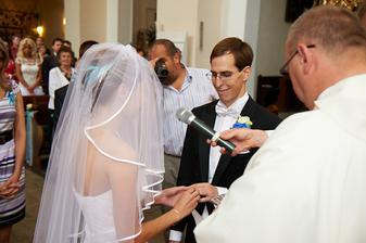 Přijmi tento prsten na znamení mé lásky a věrnosti.
