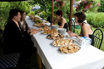 Občerstvení pro svatebčany před odjezdem na obřad