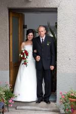 Nevěsta vychází s tatínkem