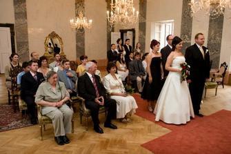 Pohled na svatebčany a Mramorový sál