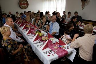 Svatební tabule a vysmátí svatebčané při úvodním projevu