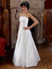Romantica, velmi elegantní jednoduché šaty princesového střihu jsou zdobené Swarowského křišťálovými kameny a drobnými perlami ..