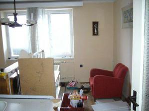 Rozbity starý nábytok v obývačke