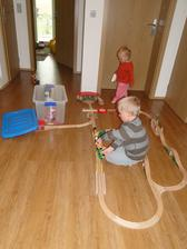 Konečně mají děti více prostoru na hraní. hernička je zatím ve fázi přípravy. Zatím jim stačí prostorná chodba.