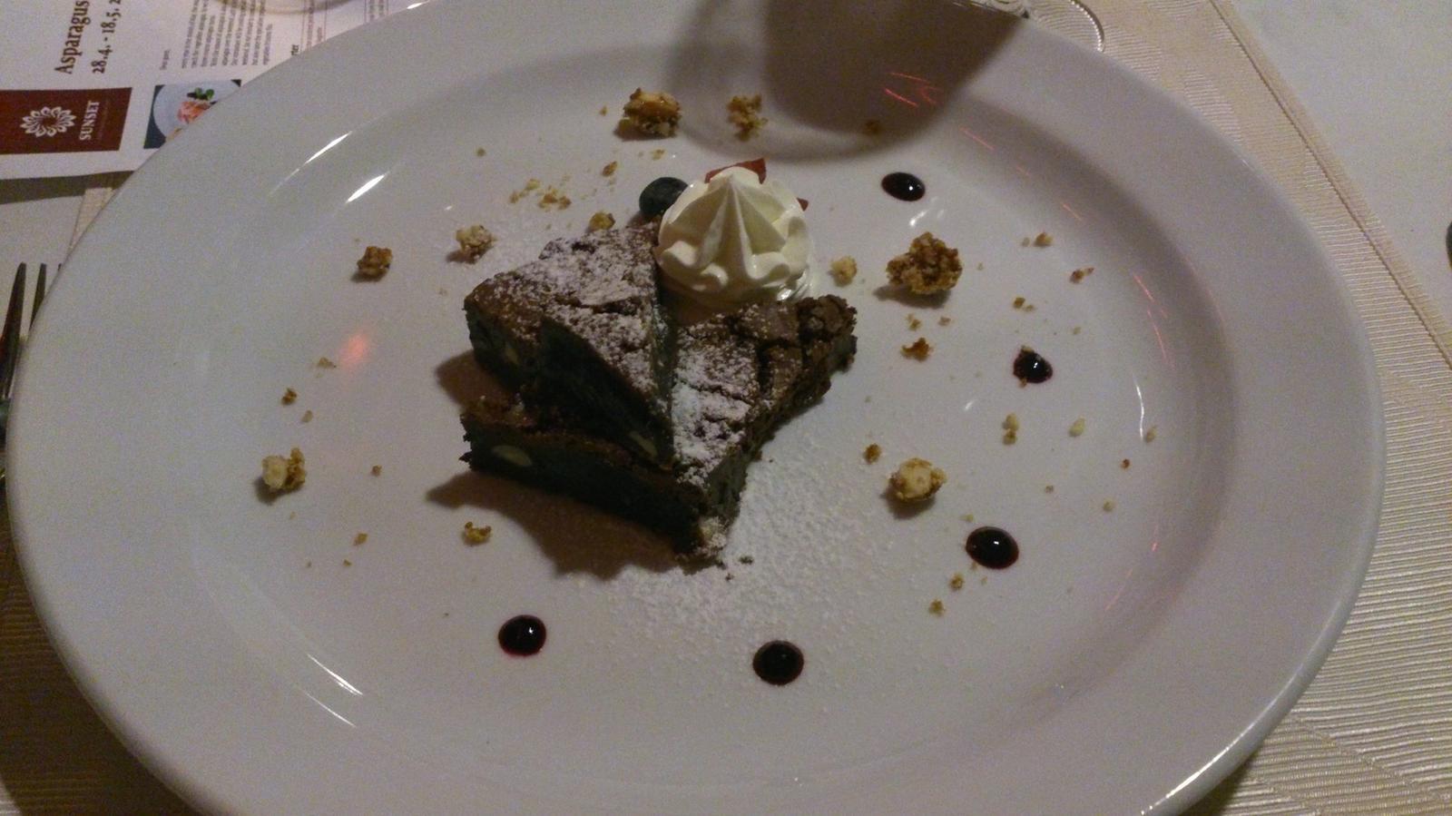 Degustační požitek - Čokoládové brownies s nočkem limetového crème fraîche, borůvkovým želé a griliášovými mandlemi (bezlepkové)