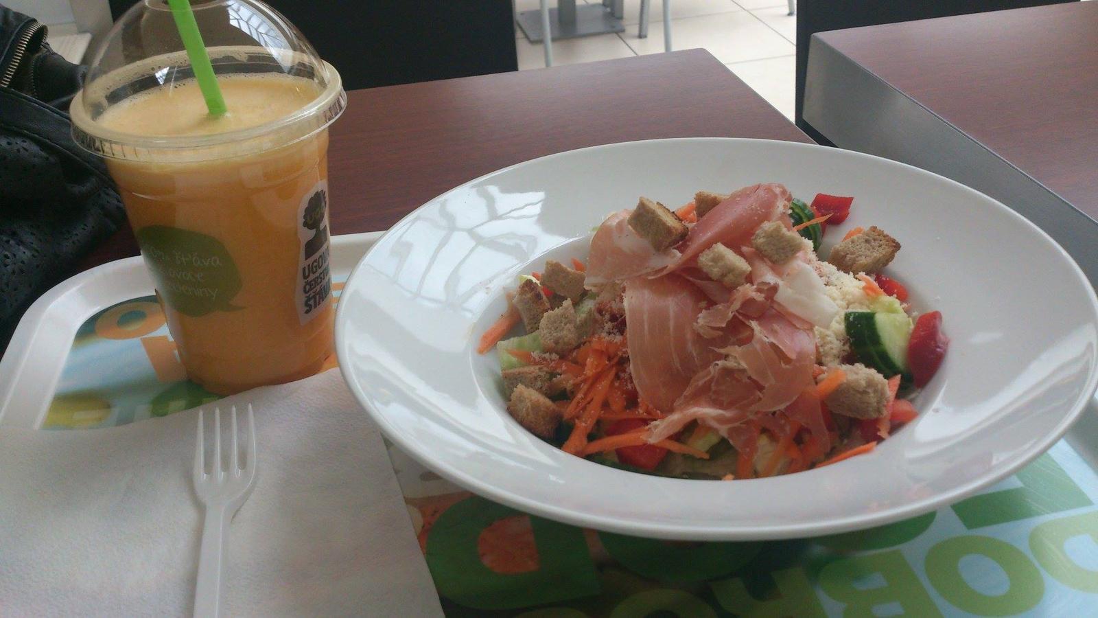 Degustační požitek - Občas i něco zdravějšího můj žaludek uvítá :-) Parmský salát s parmazánem a pomerančový fresh :-)
