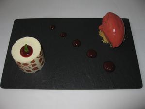 Sablé s bílou čokoládou a vanilkou s jahodovým sorbetem - nepopsatelně výborný dezert, restaurace Pavillon je prostě skvělá!