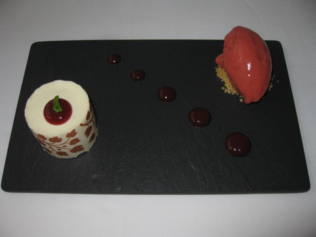 Degustační požitek - Sablé s bílou čokoládou a vanilkou s jahodovým sorbetem - nepopsatelně výborný dezert, restaurace Pavillon je prostě skvělá!